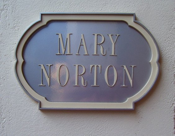 Custom wooden sign with scalloped edges